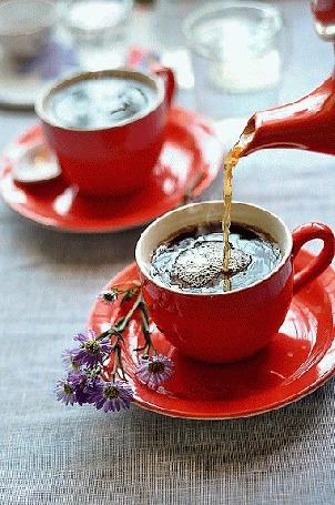 Анимация Чай наливают в чашку с блюдцем, где лежат цветы