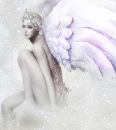 Анимация Крылатая фея под падающим снегом