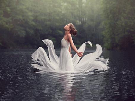 Анимация Девушка в белом платье стоит в воде, by baravavrova (© zmeiy), добавлено: 12.02.2016 06:13
