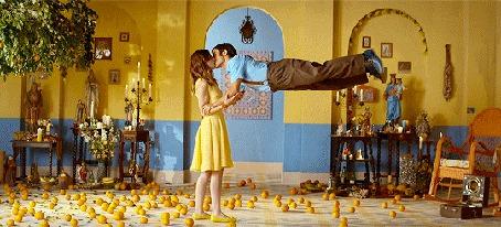 Анимация Девушка целует парня, порящего в воздухе