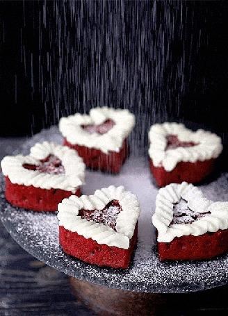 Анимация Пирожные в виде сердец посыпают сверху