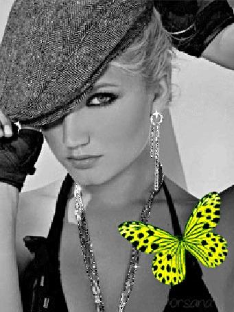 Анимация Белокурая красавица в кепке с украшениями на фоне бабочки, ву Орсана