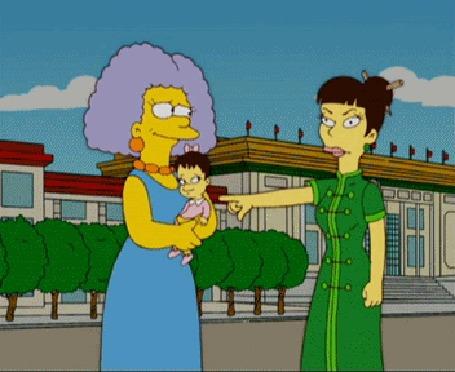 Анимация Гомер Симпсон наказывает маленькую панду за то, что она укусила его за палец, но за нее внезапно вступается ее папа