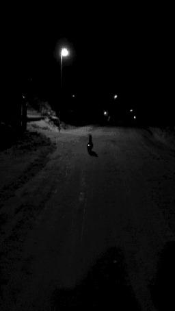 Анимация Черный кот бежит по темной улице глухой ночью