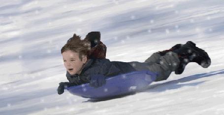 Анимация Мальчик лежа, мчится на санках со снежной горки