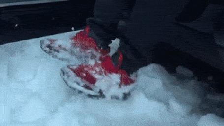 Анимация Парень стряхивает снег со своей обуви, перед тем, как сесть в автомобиль и с ужасом смотрит на девушку, которая делает это в салоне