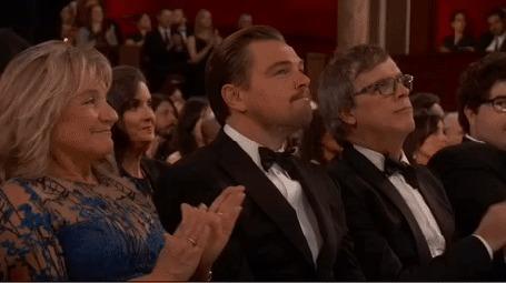 Анимация На церемонии вручении Оскара 2016 Леонардо ди Каприо на балконе сидит медведь и тоже аплодирует вместе с другими зрителями
