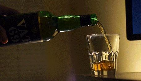 Анимация В стаканчик наливается виски VAT 69