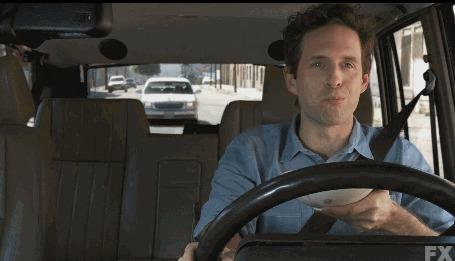 Анимация Парень ест хлопья в машине, когда в него врезаются сзади
