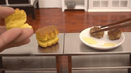 Анимация Человеческие руки делают мини-гамбургеры