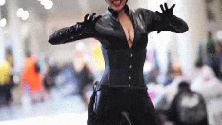Анимация Девушка изображает Женщину -кошку / Catwoman