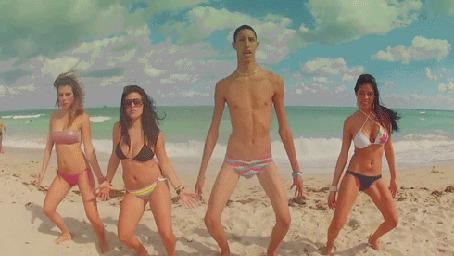 Анимация Три девушки и худощавый парень танцуют на пляже