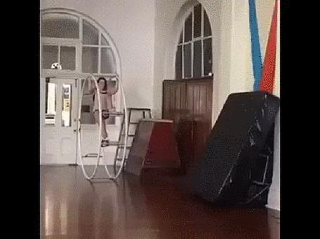 Анимация Акробатические упражнения в колесе