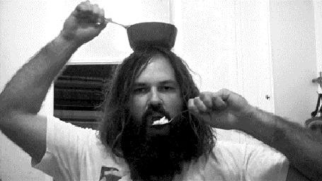 Анимация Мужчина ест кашу двумя ложками из тарелки, стоящей на его голове
