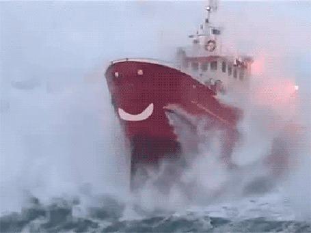 Анимация Пароход плывет по бушующему морю, на его корпусе испуганный смайлик