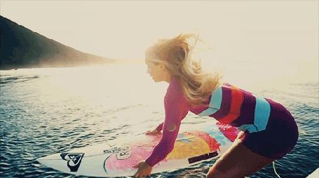 Анимация Девушка прыгает в воду с доской для серфинга