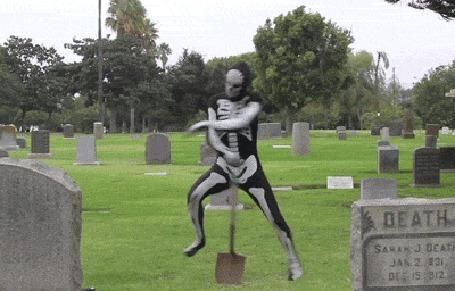 Анимация Парень в костюме смерти отплясывает на кладбище с лопатой