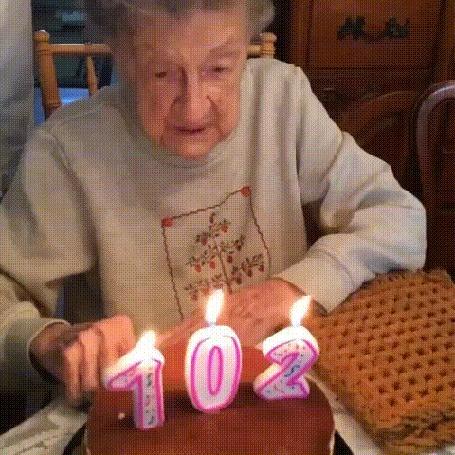 Анимация Бабушка пытается задуть свечи на торте в честь 102-летия, но выплевывает вставную челюсть