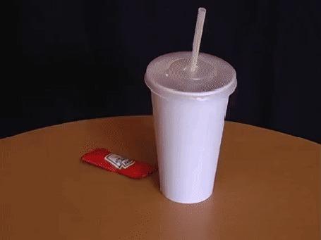 Анимация Первоапрельский розыгрыш, мужчина засовывает трубочку в кетчуп Heinz, и прячет его в стакане с кока-колой