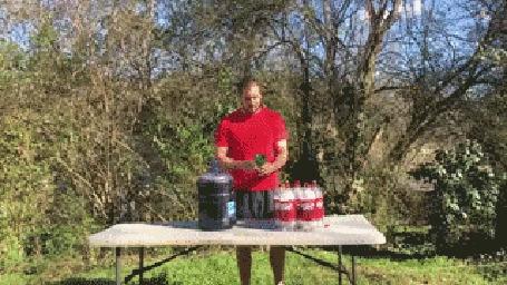 Анимация Мужчина проводит эксперимент с большой бутылкой кока-колы и конфетками ментос / Mentos
