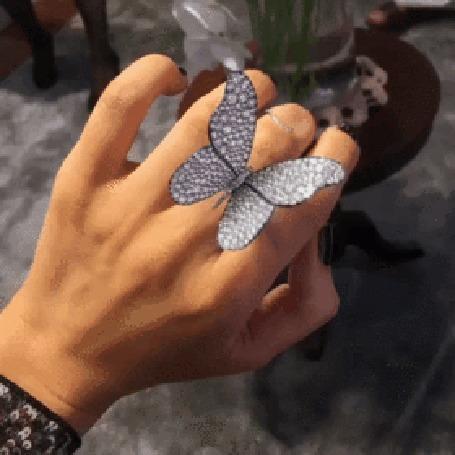 Анимация На женской руке виден перстень, выполненный в виде бабочки, которая при движении пальцев машет крылышками
