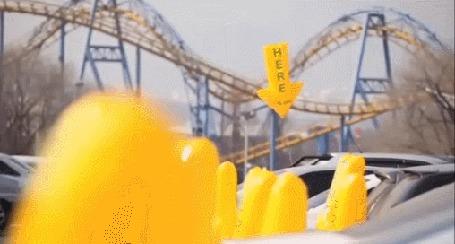 Анимация Современная парковка, где свободные места помечены желтыми шариками - стрелочками с надписью Here / Сюда