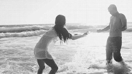 Анимация Девушка брызгает парня водой (© zmeiy), добавлено: 26.04.2016 14:59