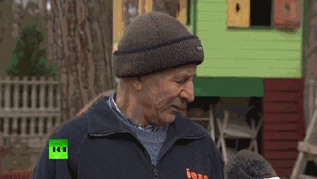 Анимация Мужчина в шапке дает интервью, в то время, как по нему бегает белка
