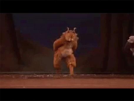 Анимация Танцор в ростовом костюме белки так усердно отплясывает, что у него отрывается хвост