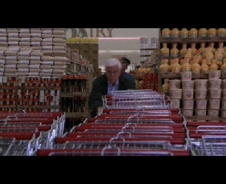 Анимация Актер Лесли Нильсен / Leslie Nielsen пытается взять тележку в мупермаркте, кадры из фильма Голый пистолет / The Naked Gun