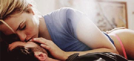 Анимация Девушка лежит на мужчине и целует его