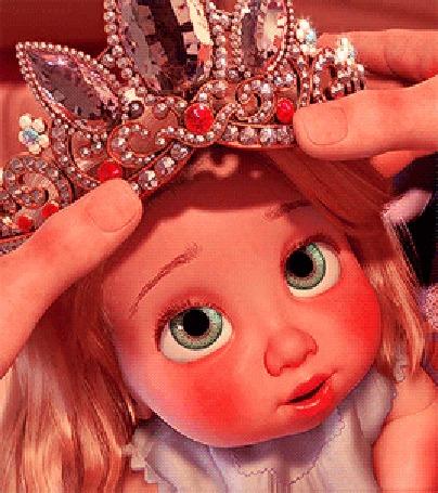 Анимация Девочке - кукле надевают на голову корону