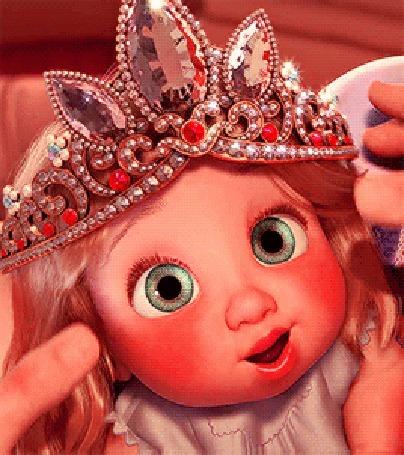 Анимация Девочке - кукле поправляют на голове корону