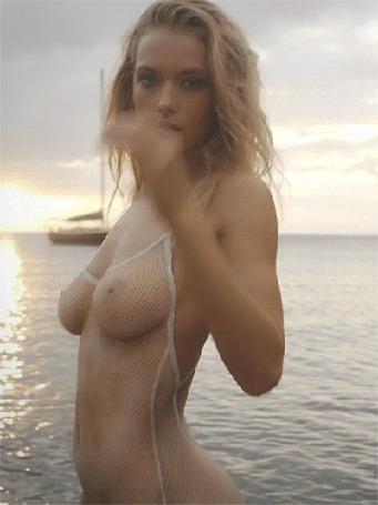 Анимация Девушка в прозрачном белье на море на фоне заката поправляет волосы