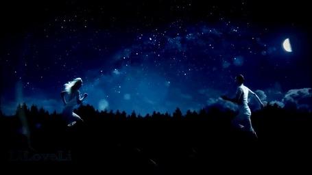 Анимация Влюбленные парень и девушка бегущие навстречу друг другу, при сближении превращаются в вспышку света