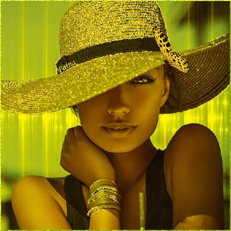 Анимация Девушка в шляпе, на которой сидит бабочка, на руке браслет