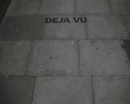 Анимация Повторяющаяся надпись Deja Vu / Дежа Вю на серых кирпичах