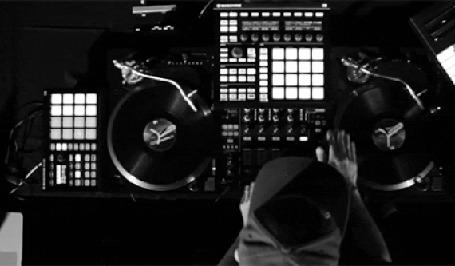 Анимация ДиДжей / DJ крутит виниловые пластинки