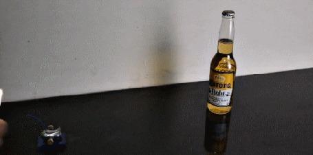 Анимация Мини-пушка стреляет по бутылке пива Корона / Corona