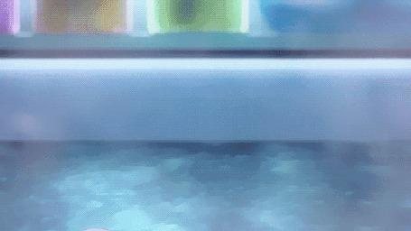 Анимация Девушка поправляет волосы, поднимая руку из воды