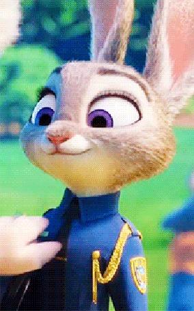 Анимация Мисс Барашкис награждает Джуди значком полицейского, момент из мультфильма Зверополис / Zootopia