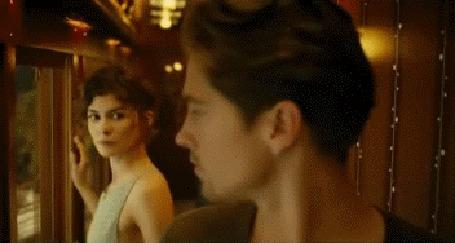 Анимация Французская актриса Одри Тоту / Audrey Tautou едет в поезде, парень хочет зайти к ней, но влюбившись не решается, фильм Счастливый конец / Happy End