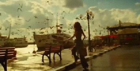 Анимация Французская киноактриса Одри Тату, девушка садится на речной трамвай и на фото видит уже знакомого парня, он подходит к ней на вокзале и нежно целует