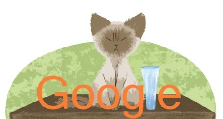 Анимация Злой котенок сбрасывает со стола вазу, которая в виде английской буквы L была вставлена в слово Google