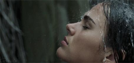 Анимация Обнаженная девушка стоит под льющейся на нее водой