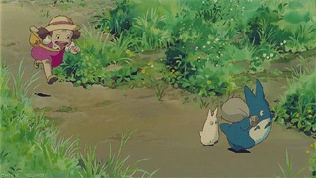 Анимация Мэй Кусакабэ / Mei Kusakabe бежит за Тю Тоторо и Тиби Тоторо, пытаясь их догнать, мультфильм Мой сосед Тоторо / My neighbor totoro