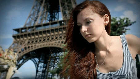 Анимация Рыжая девушка на фоне Эйфелевой башни / tour Eiffel в Париже / Paris