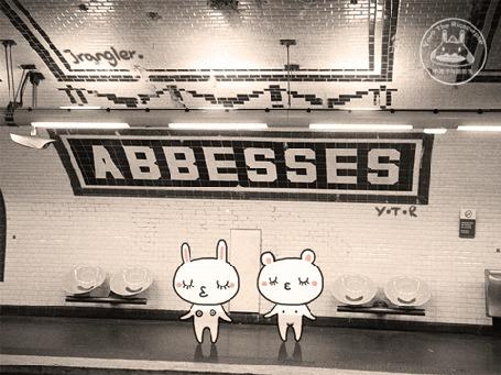 Анимация Два нарисованных мишки синхронно танцуют на платформе станции метро - Abbesses, by Yoyo the Ricecorpse