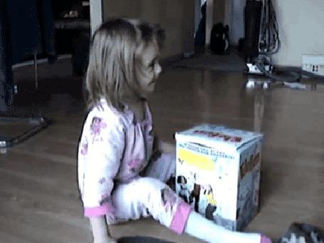 Анимация Котенок внезапно выпрыгивает из закрытой коробки и пугает девочку