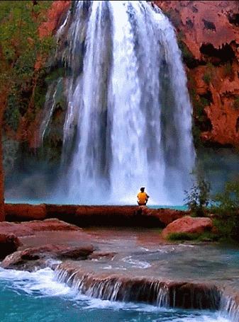 Анимация Мужчина сидит на берегу и любуется водопадом (© Zolotoy), добавлено: 16.06.2016 09:56